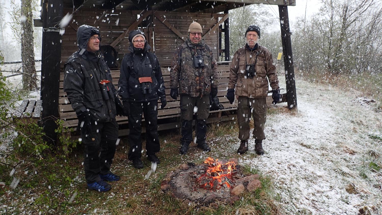 Värmande brasa i snövädret på Fågeltornskampen 4 maj 2019 Fot: Kenneth Rosén